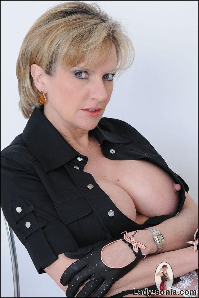 Milf lady sonia gives hot handjob on massage table 6
